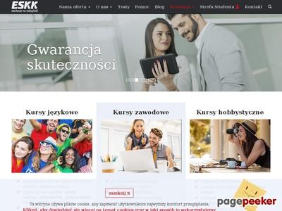 ESKK (Europejska Szkoła Kształcenia Korespondencyjnego) pojawiła się na polskim rynku w roku 1991. Od tego czasu publikuje kursy do nauki języków obcych dla samodzielnych. W ofercie firmy są propozycje zarówno dla początkujących adeptów języków, jak i dla zaawansowanych uczniów. Nie brakuje też kursów specjalistycznych, m.in. angielskiego dla biznesu. W ofercie ESKK można dziś znaleźć także kursy hobbystyczne i zawodowe.